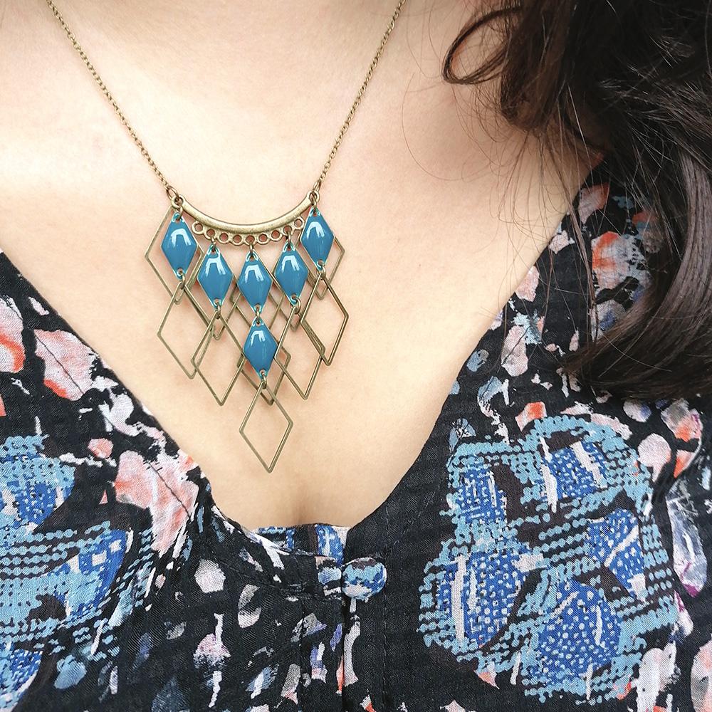 création collier plastron bleu