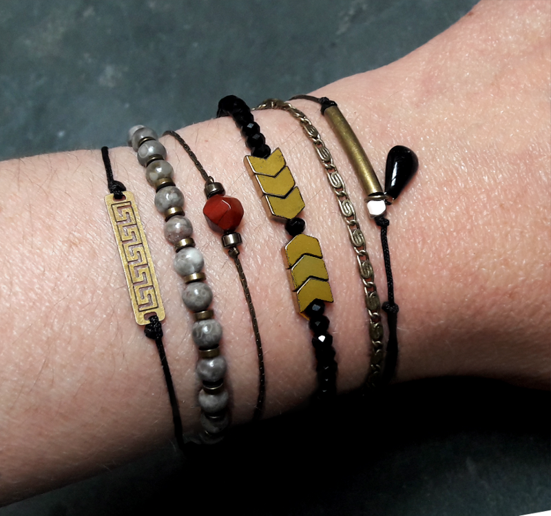 création petits bracelets noirs et or
