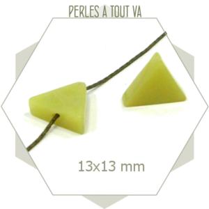 12 perles triangles en jade vert clair